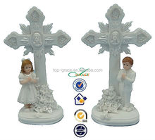 2015 resin praying boy and girl with Jesus on Cross holy communion