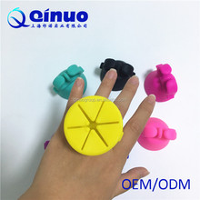 QINUO factory Silicone Finger Ring Nail Polish Holder/nail varnish bottle holder