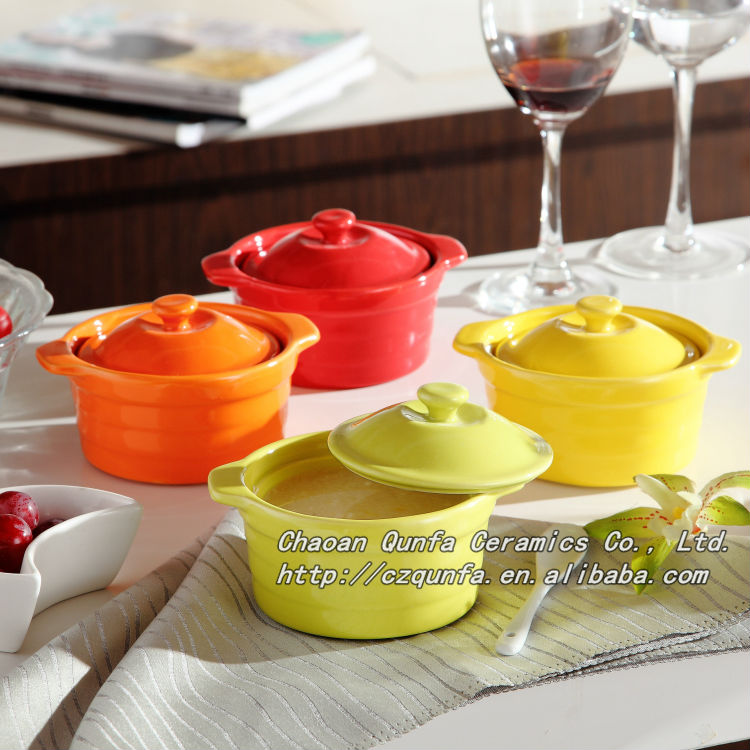 Colored glaze ceramic cookware round casserole with lid and handle QF-009
