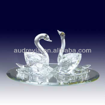 Luxurious design crystal kissing swans