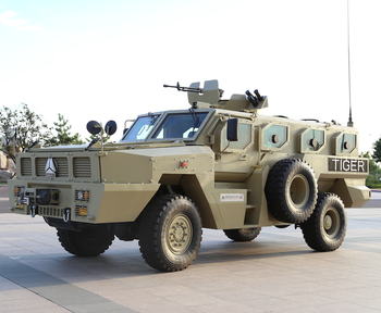 SINOTRUK VIP 4x4 MILITARY TRUCKS FOR ARMORED VEHICLE MILITARY WITH BULLETPROOF TIRES AND BULLETPROOF VEST MADE IN CHINA