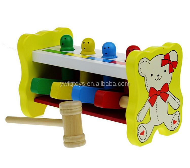 O vendedor quente educação faz percussão de madeira brinquedos para crianças