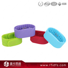 Custom logo adjustable rubber silicone chip wristband
