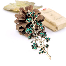 Vintage design distressed alloy emerald crystal paved branch shaped women coat rhinestone brooch wholesale