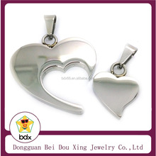 Wholesales Top Quality Fashion Laser Cut Heart Pendant Couple Love Kiss Pendants Stainless Steel Silver Pendant Made In China