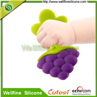 Bpa free silicone teether sets Strawberry shape grape shape teether can pass FDA and LFGB standar