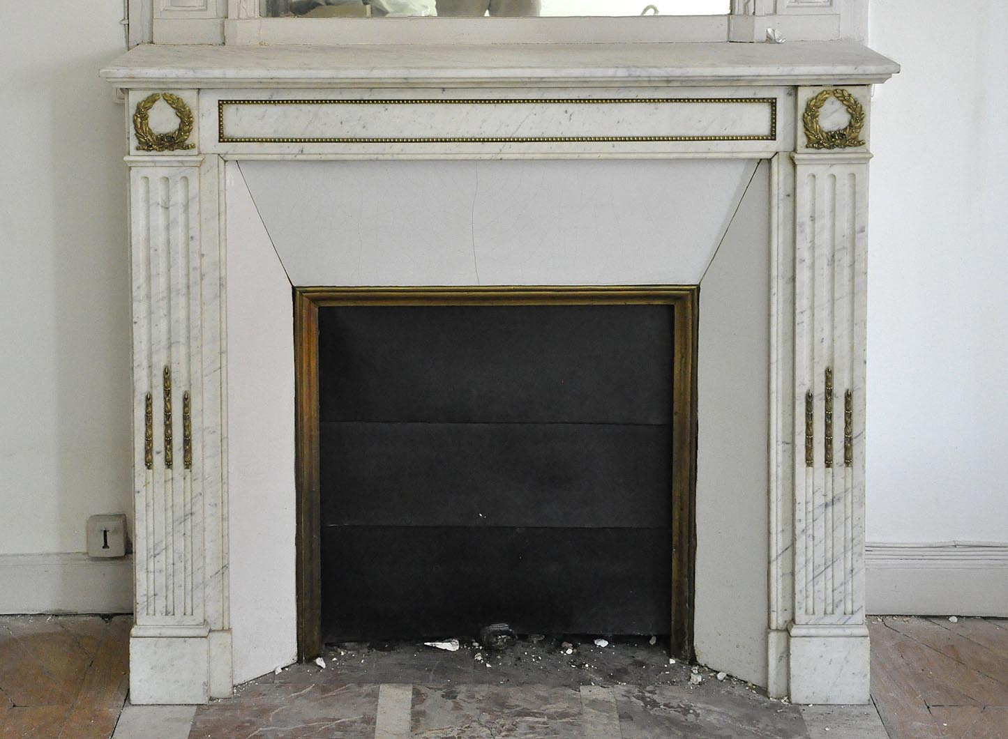 Luxury Bronze Ornaments Carrara White Corner Marble Fireplace Mantel