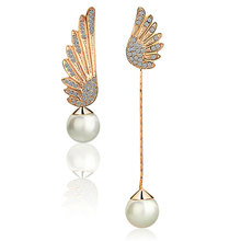 Pearl crystal earring of wing with irregular shape