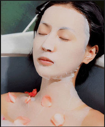 natural green tea facial and neck mask with tea tree oil for UV protection and blackhead removal