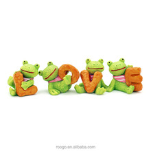 Roogo resin art crafts figure mini frog ornament home decorative with love character shape