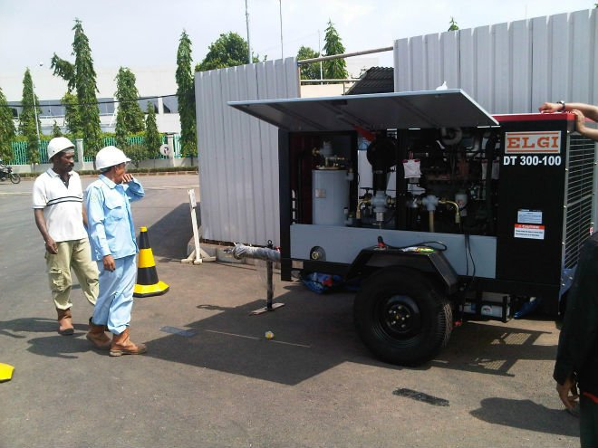 DIESEL PORTABLE SCREW AIR COMPRESSOR 300 CFM CAPACITY