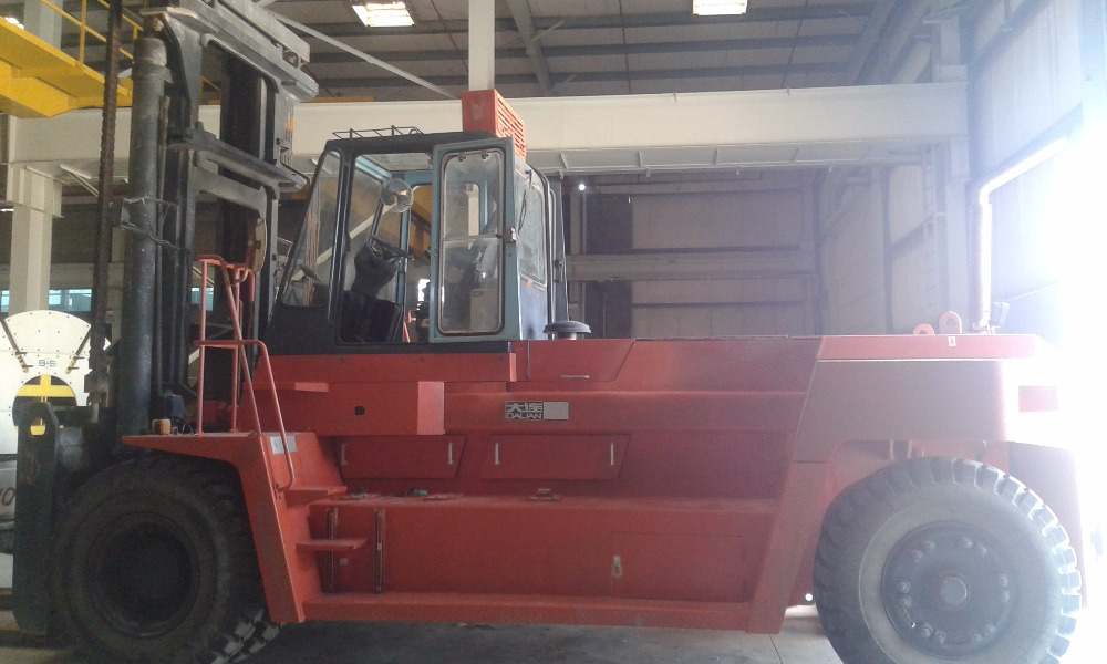 DALIAN 25T FORKLIFT WITH POLE ATTACHMENT
