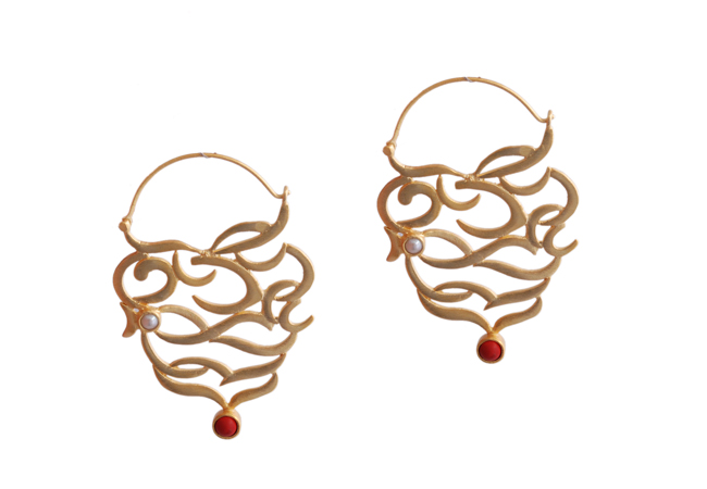 Gold plated earring with pearl