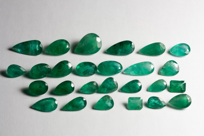 GEMSVILLAGE - 70,77 CARATS GEMS TOTALLY BEAUTY AND GREEN NATURAL EMERALD