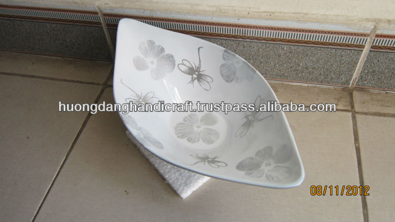 White lacquered serving dish with stand and boat design for restaurant, buffet dish