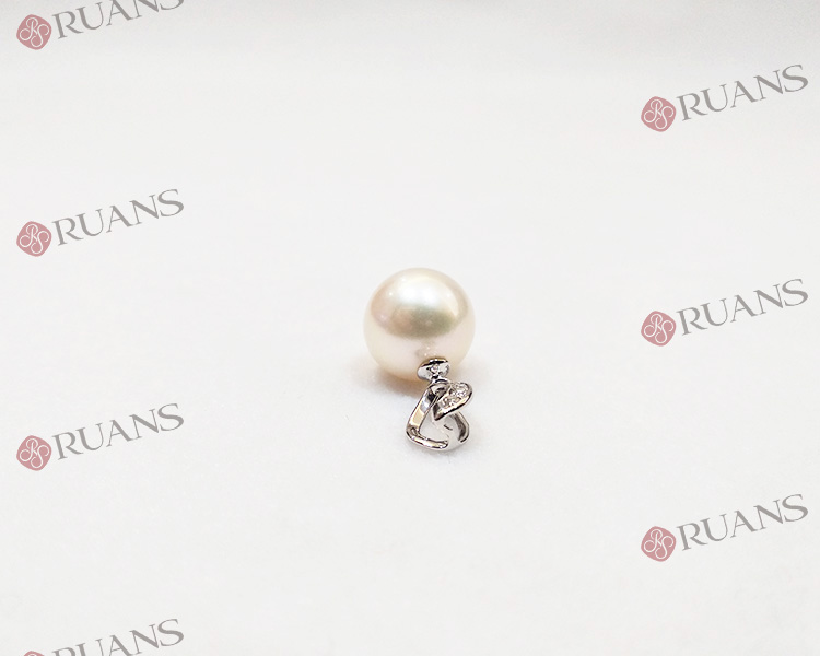 18K Gold White Round Pearl Pendant With Diamonds
