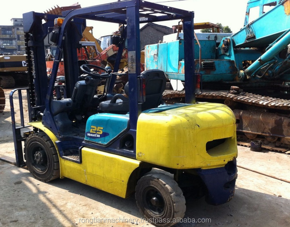 Running condition 2 mast 2.5 ton Japanese used komatsu FD25 forklift for sale in Shanghai site