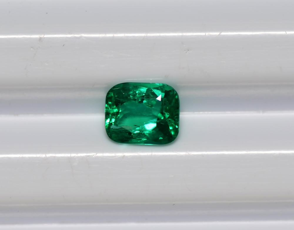 Untreated 100% Natural 0.93 Cts Emerald Gems Colombian emerald Cut Cushion