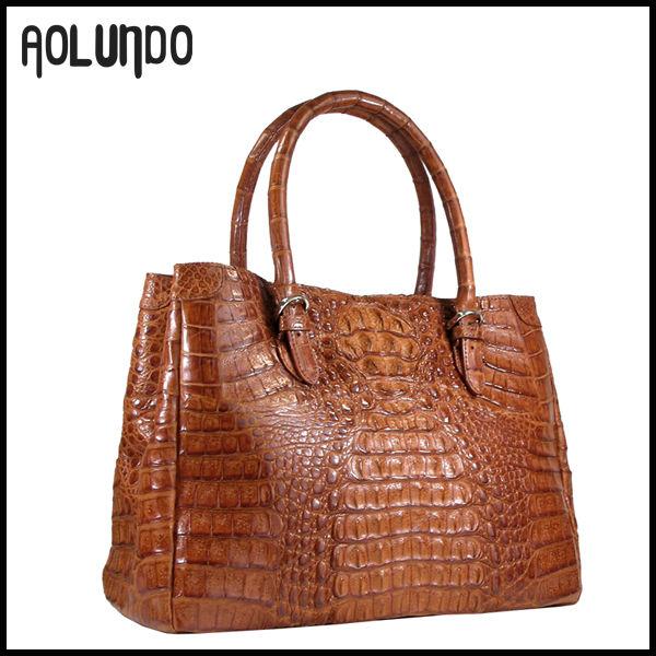 Сумки :: FENDI Эффектная сумочка с тиснением под крокодила
