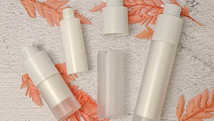 15ml 30ml 50ml सफेद कॉस्मेटिक क्रीम पीपी प्लास्टिक वायुहीन पंप बोतल