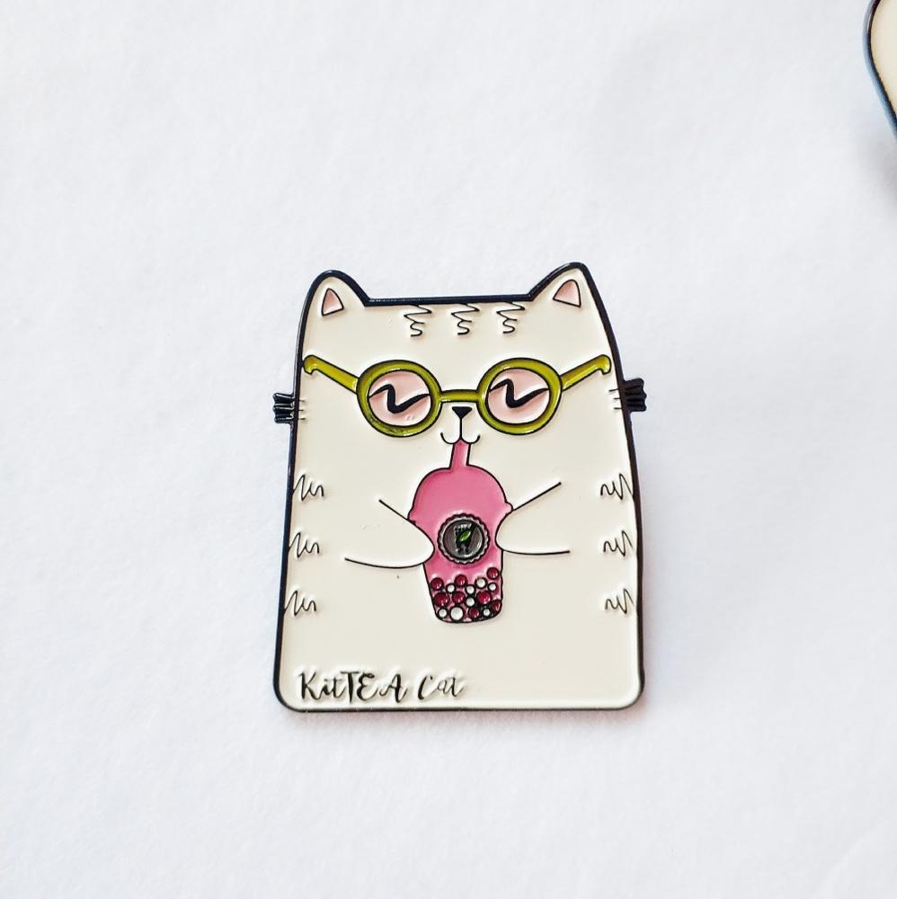 Benutzerdefinierte nette boba pin souvenir, blase tee milch weiche emaille pin, KitTEA Katze pin
