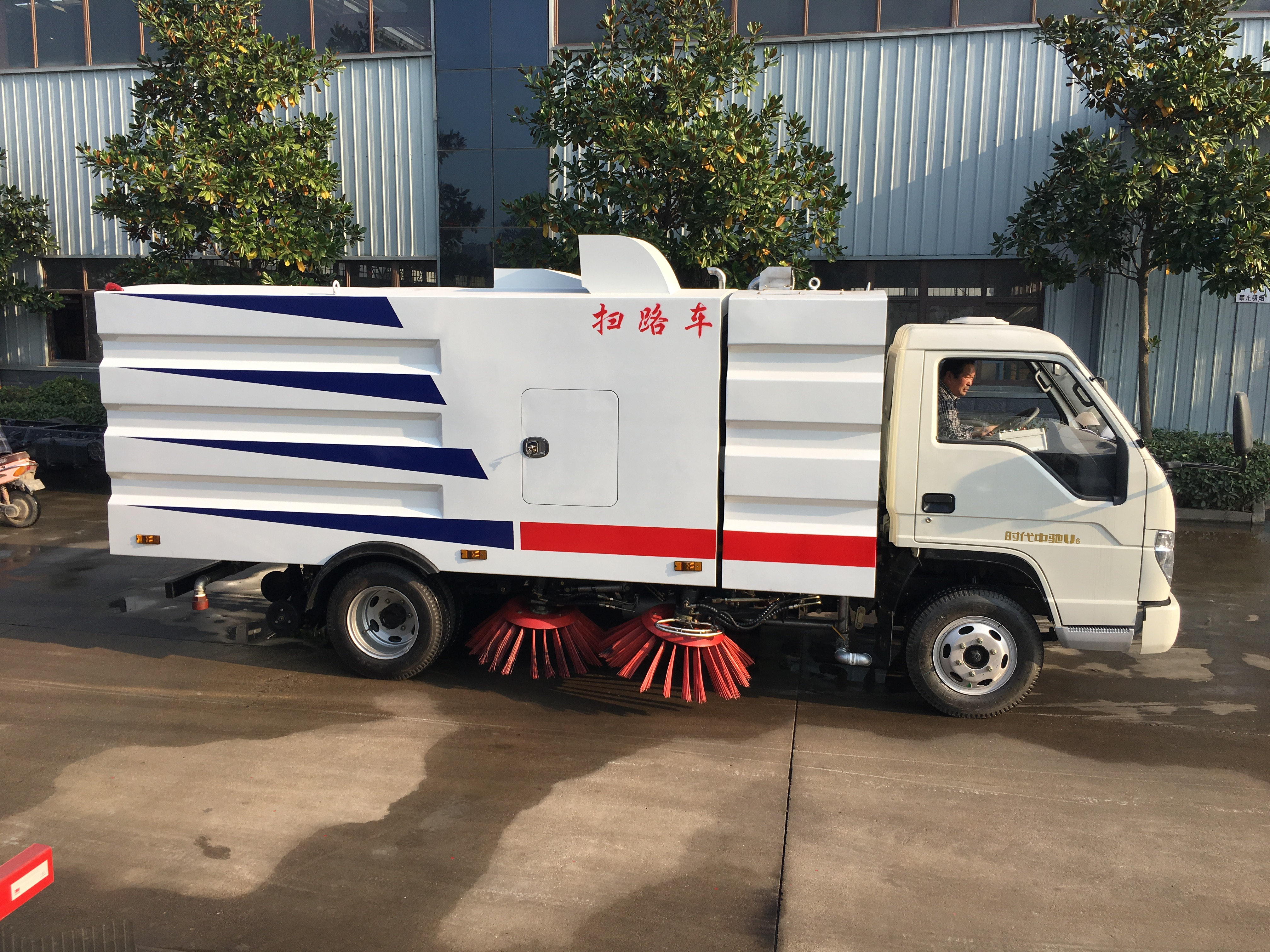 china manufacturer 4*2 road sweeper truck in cheap price