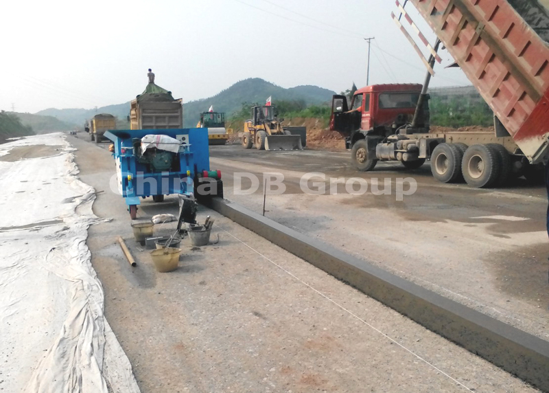 Concrete Cement Curb Extruder Road Kerbing Making and Gutter Machine