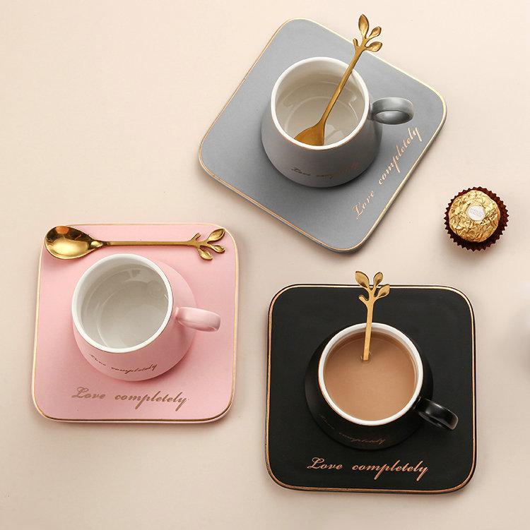 최신 디자인 라운드 핸들 골드 림 세라믹 라떼 커피 컵 광장 접시