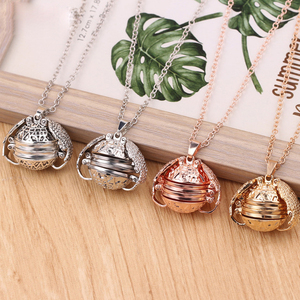 Hot Selling Expanding Ball Pendant Necklace Memory Floating Angel Wings Box Magic 4 Photo Box Locket Photo Necklace