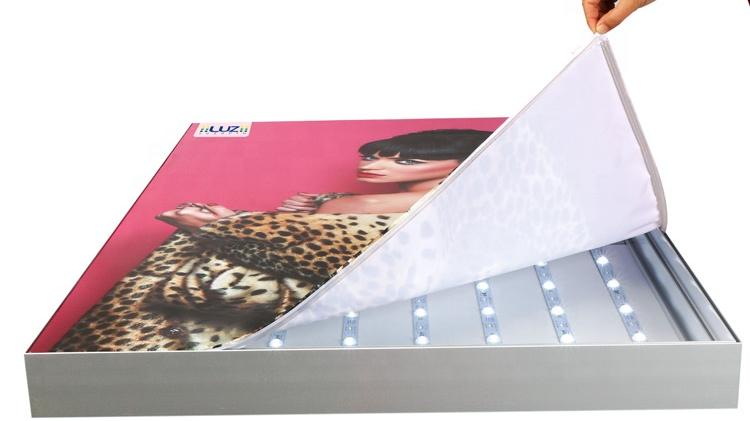 الصين تصنيع كبيرة حجم مخصص فرملس النسيج النسيج داخلي الخلفية اضواء لوحات الاعلانات من ليد عرض مع باهتة
