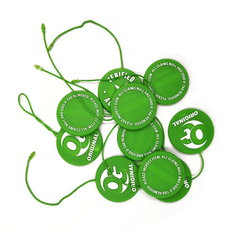 Benutzerdefinierte bekleidungs kunststoff hängen tag string mit relief goldene silber logo