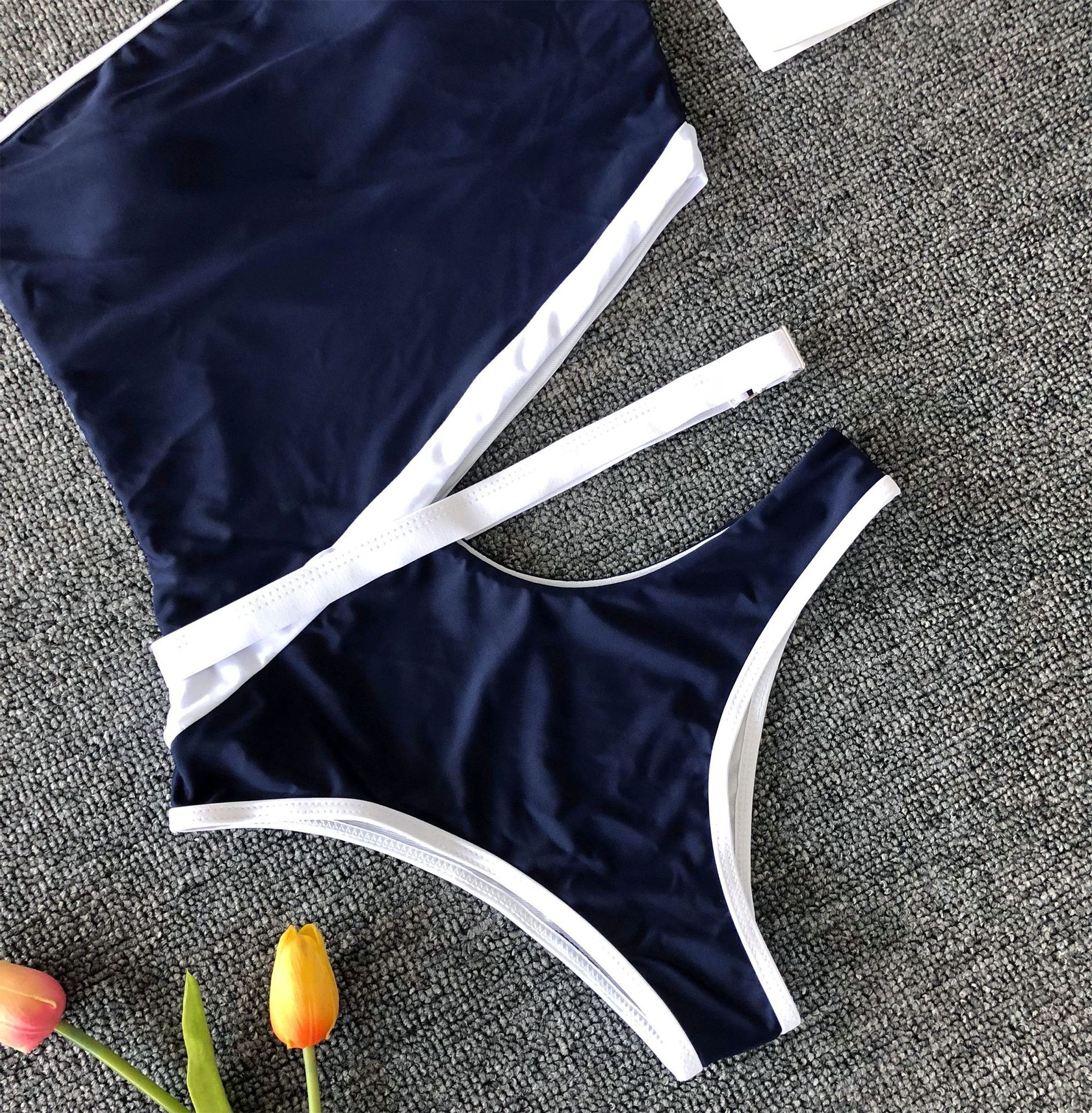 One-piece one-piece swimsuit with fashionable belt