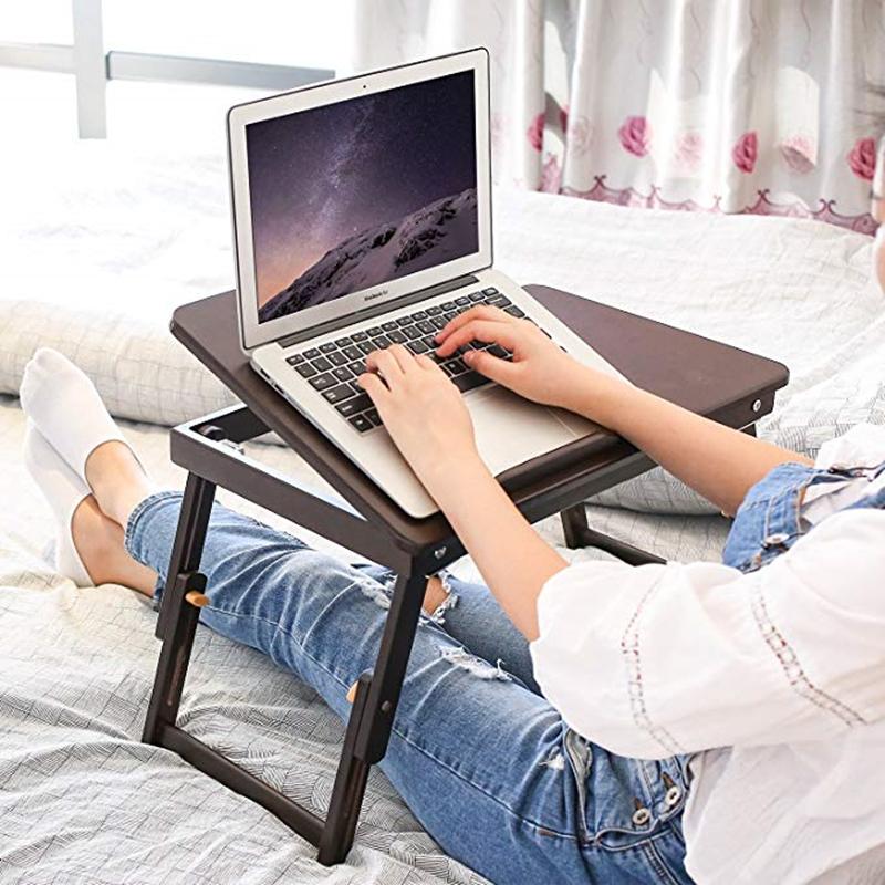 фото компьютер на кровати с человеком края ограждены