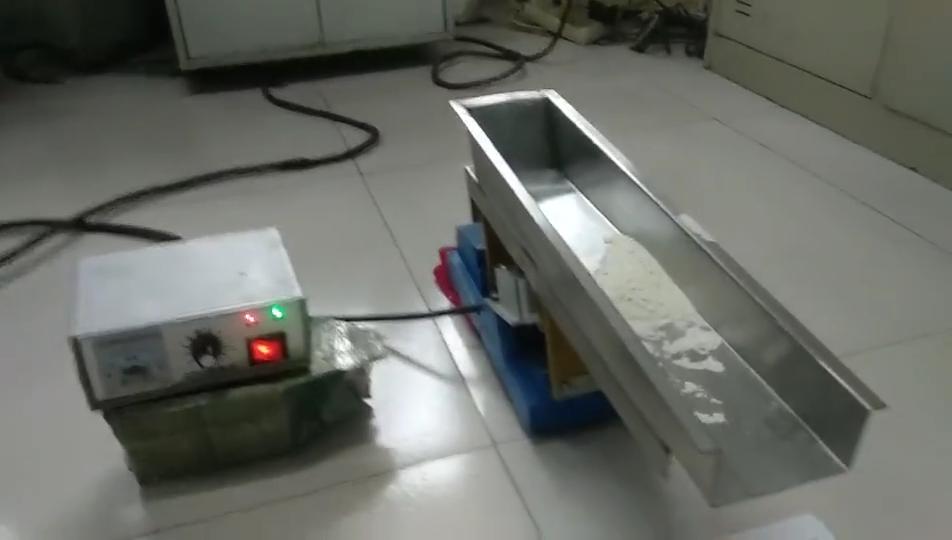 Miniature electromagnetic vibrating feeder for light industry