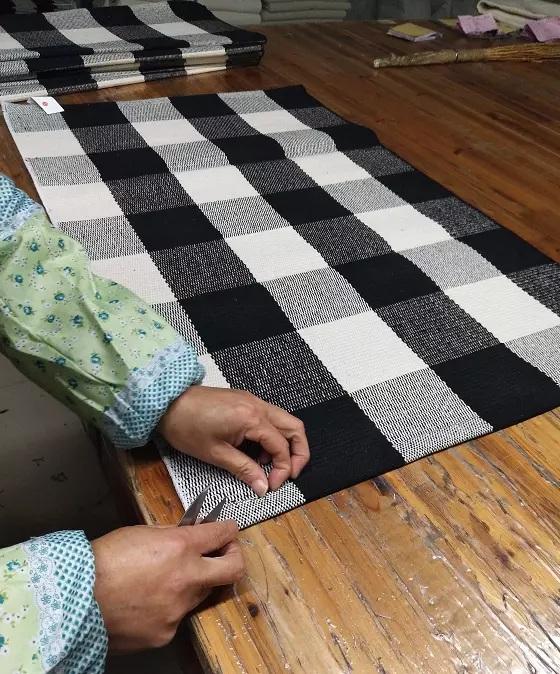 Chinese cotton woven black and white buffalo plaid rugs checker pattern big floor mat buffalo check carpet