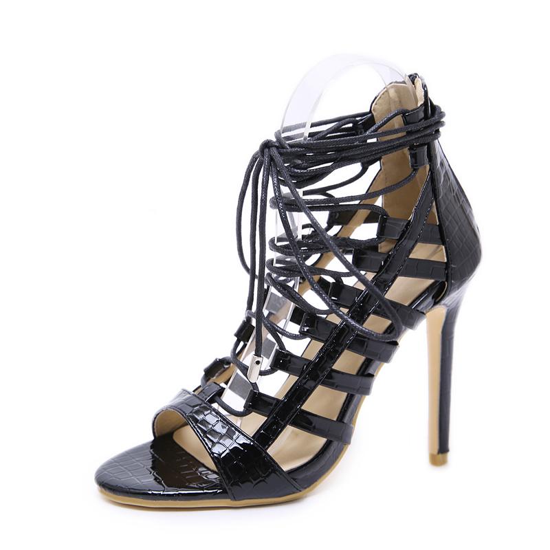Sandalias de tacón negro con correas cruzadas para las mujeres