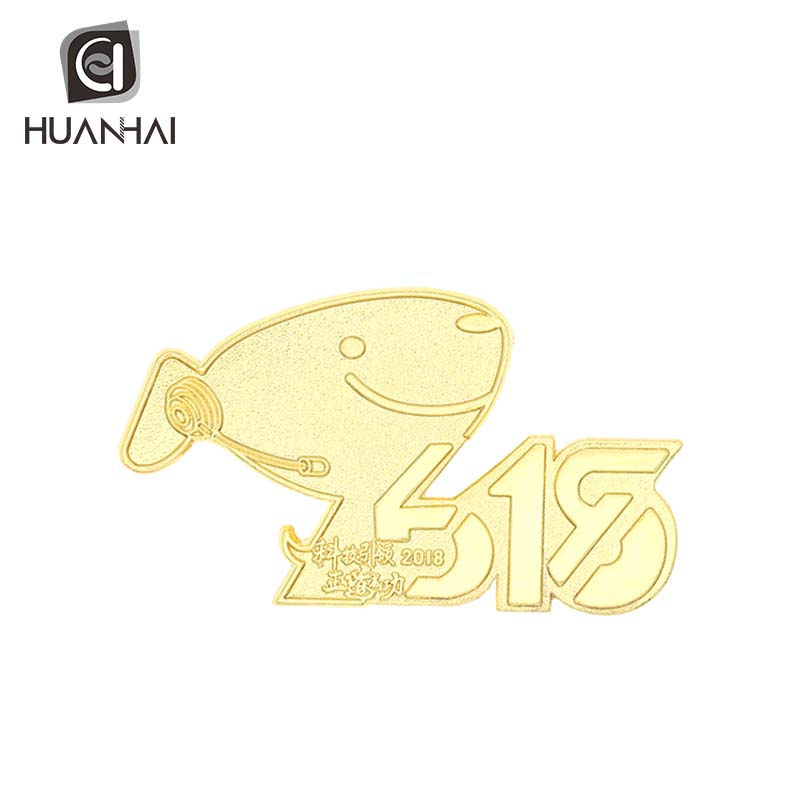 Custom spuitgieten 2D logo rasied gold plating revers pin making machine
