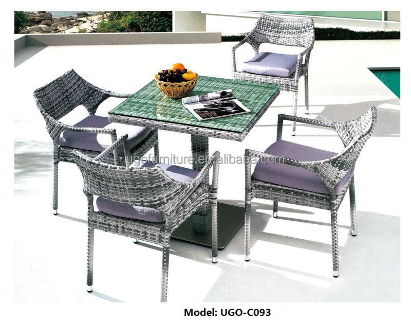 Ronde houten eettafel met stoelen zwembad diner tafel design