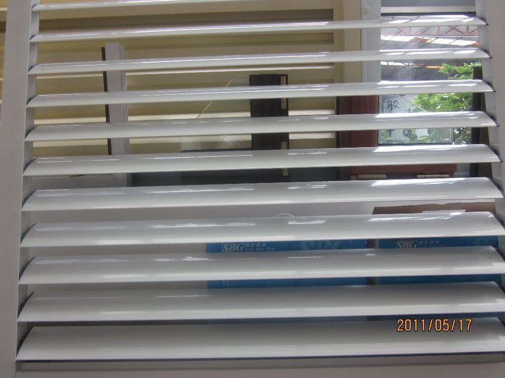Ventana de celos a de aluminio con persianas ventanas for Persianas para claraboyas