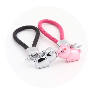 Fashion zinc alloy magnetic destined kissing piggy cute keychain for gifts