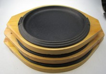 wooden base round cast iron sizzling plate/steak pan
