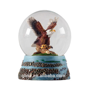 Low price resin flying eagle bird statue gifts snow globe