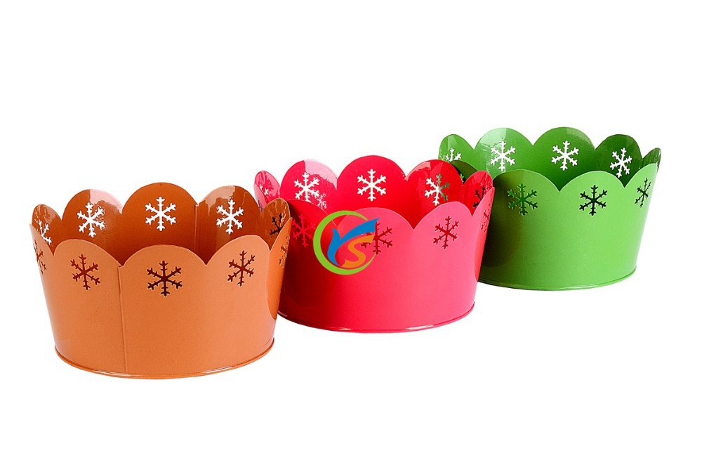 Curled hollow metal christmas decoration bucket with snow
