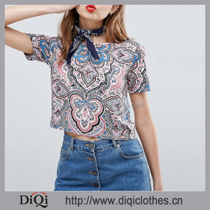 Latest Women Tee Shirt Designs Wholesale Boxy Crop Cutting Crew Neckline Short Sleeve Paisley Print Fashion Tee Shirt