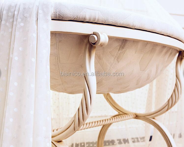 Antike elfenbein und goldene farbe holzschaukel babybett bett