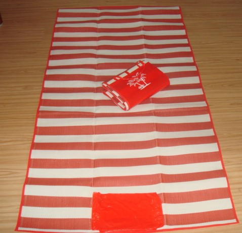 Cheap promotional PP plastic beach mat red and white design foldable beach mat bag