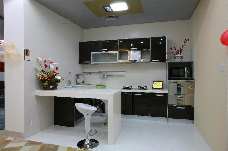 Gelamineerd mdf keuken kast en zwarte gemelamineerde spaanplaat ...