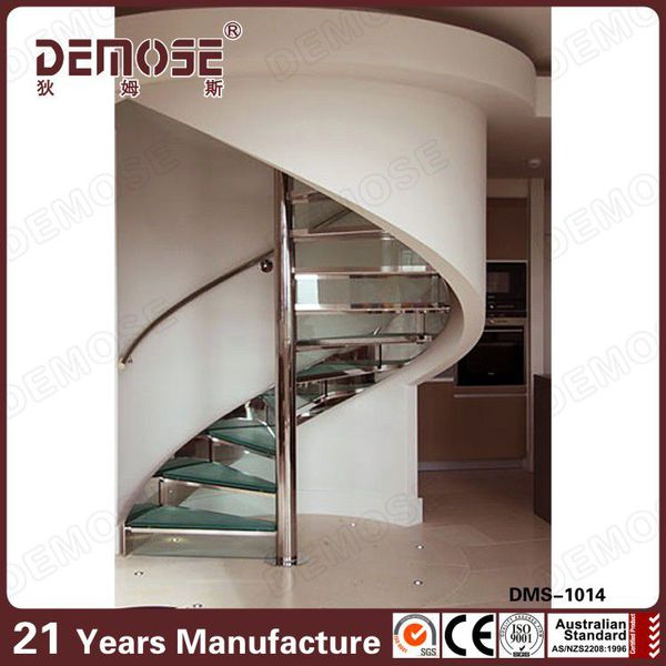 espiral de metal comercial de la escalera con peldaos de madera de de