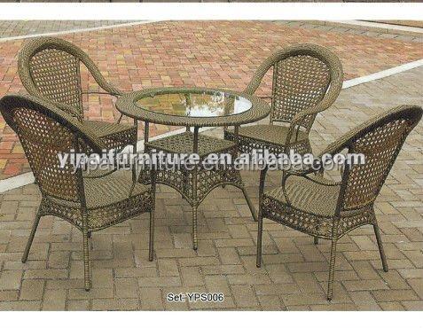 Uitverkoop wit zwart rotan stoelen en zwarte tafels in