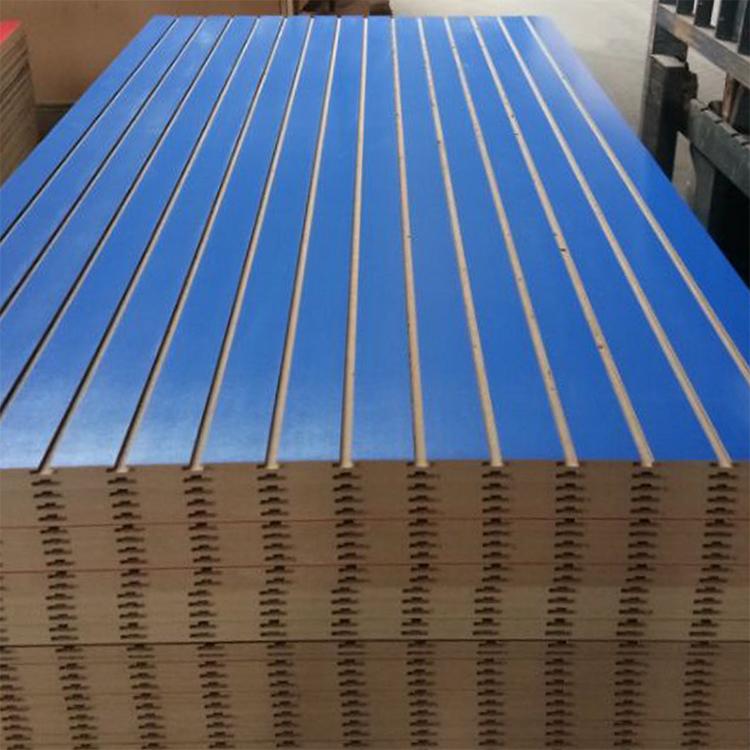 Фабрика используется красный slatwall панелей с алюминиевой/шлицевая МДФ с высоким
